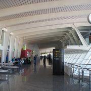 とてもコンパクトな空港。独特のデザインで、Bilbaoらしい。