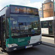 606番のバスが新宮殿から中央駅を結ぶ