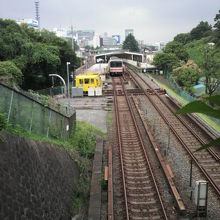 手前に地下鉄四ツ谷駅と遠くにJRの四ツ谷駅が見えている。