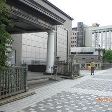 JR四ツ谷駅から出ますと、四谷見附橋に繋がっています。