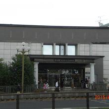 四ッ谷見附橋からJR四ツ谷駅入口を見た様子です。