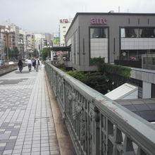 新宿通りの麹町方向からJR四ツ谷駅を見ています。