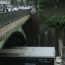 下側にJR四ッ谷駅のホームが、左側に四ッ谷見附橋が見えます。