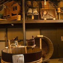 昔の酒作りの器具を展示