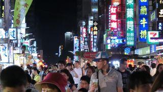 広い通りが、夜になると観光夜市に
