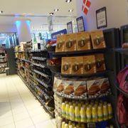 便利な場所にあるスーパーはお土産購入にもぴったり。