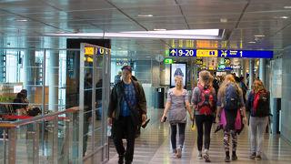 使い勝手のいい空港ですがパスポートコントロールはよく観察して