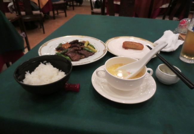 到着遅延による航空会社負担クーポンの夕食はランチ並に質素でした。