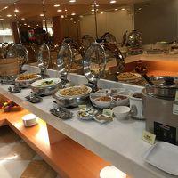朝食のビュッフェ。パンやお粥・ご飯コーヒーやフルーツもあり