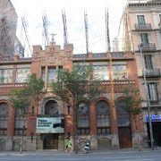 モンタネールの設計による建物を改装した美術館 屋上の針金オブジェは???