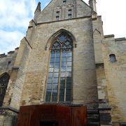 約800年前の教会の建物をリノベーションした美しい書店です。
