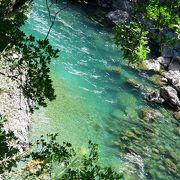 セルビアやコソボに向かう道沿いに見える水のきれいな渓谷です。