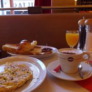 日曜日の朝は、モンマルトルで朝食を