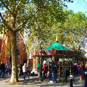 広場名は 中世ベネディクト派の女子大修道院長 (アベス Abbesses) に由来 Place des Abbesses (18区)