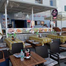 お天気がいいとプレシェルノヴォ通りにもテーブルがたくさん。