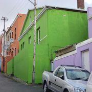鮮明な色彩の家