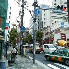 泉岳寺方面へ通じる坂道です。