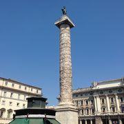 大きな記念柱があります