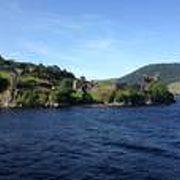 ネス湖から眺める城