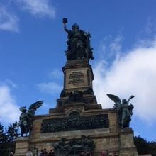 青空の下にそびえたつ記念碑、圧巻