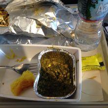 機内食。見た目はイマイチだがうまい。