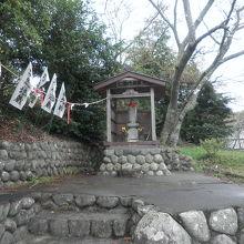石畳の入口にある祠