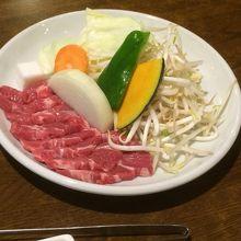 ジンギスカン定食のラム肉。美しいです。
