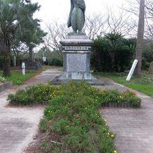 ホールから徒歩3分の場所にある四郎像と墳墓