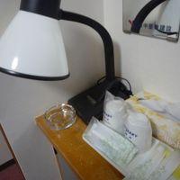 歯ブラシ・T字カミソリ・固形石鹸。下の棚にドライヤー