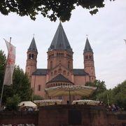 中央にそびえたつ大聖堂は圧巻