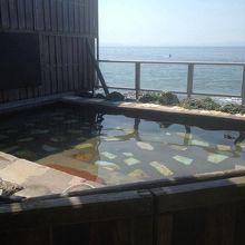 別棟にある露天風呂、海まで5m
