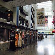 クラークキー駅直結のショッピングセンター
