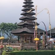 ブラタン湖の岸辺に建つ寺院