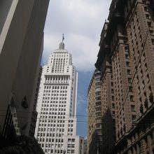 銀行の持ち物だけど最上階の一番上の上まで行ける!