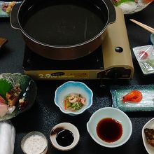 夕食の一部です。これ以外にアナゴと天ぷら。しめはハモ鍋の雑炊