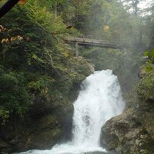 このハイキングの目的地。シューム滝。落差13メートル。