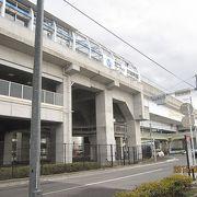 横浜市営地下鉄「川和町駅」は、田園地帯に突如出現した堅固な白亜の要塞のように見えます。