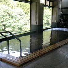 内風呂は広くて気持ち良く入れる。