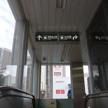 地下鉄から地上に出る所の案内