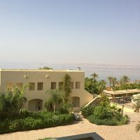 死海と対岸が眺められる