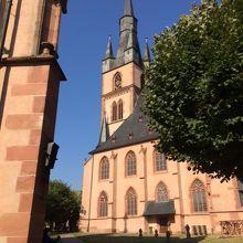 青空の下にキリットそびえたつ教会