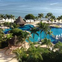 部屋のベランダからみたプールとカリブ海