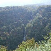「日本の滝百選」にも入っている三段に水が落下する滝