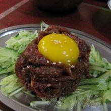日本では食べられないユッケ。
