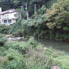 摺上川に面した宿が多い