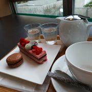 21世紀美術館を臨みながら、おいしいケーキとお茶をいただける素敵なお店