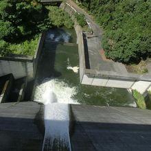 放水口の河川側です。ダムを滑り落ちていきます。