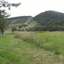 平らな稜線は大平山、右が女三瓶山