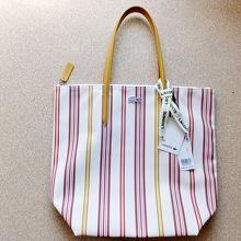 ラコステのバッグは、この形で色と柄が結構種類はそろってました