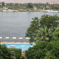 ナイル川とホテルのプール